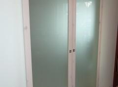 Männipuidust raamiga ruumieraldusuksed.